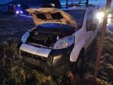 Wypadek przy granicy gminy Dmosin - jedno z aut uderzyło w przydrożną kapliczkę