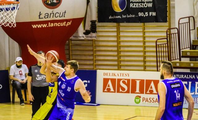 Wojciech Pisarczyk (na zdj. z numerem 10) ostatnio był zawodnikiem Pogoni Prudnik