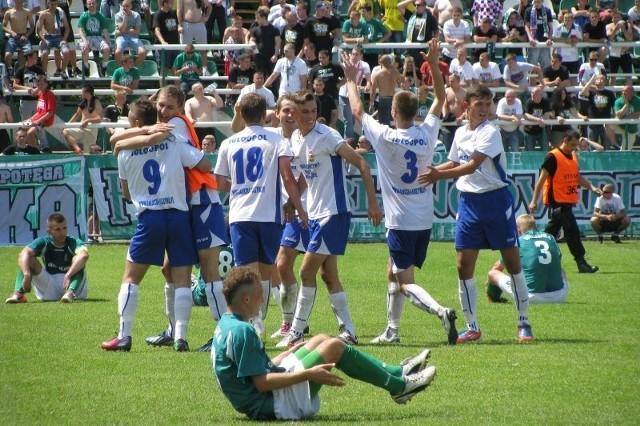 Piłkarze Igloopolu (białe koszulki) przerwali serię 11 zwycięstw z rzędu Wisłoki i prawie zapewnili sobie awans do IV ligi.
