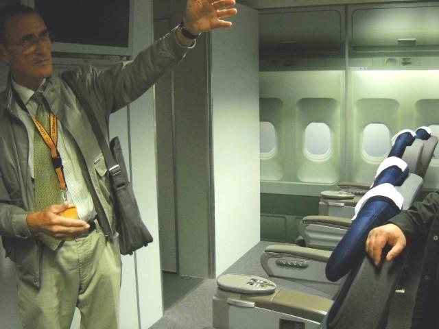 Nasz przewodnik oprowadza po jednym z modeli kabin wnętrza samolotu
