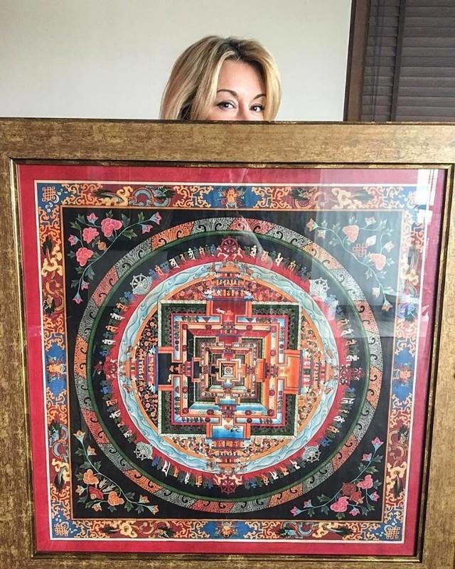 Juhuuuuuu!!!!! 290 tys. złotych dla Przylądek Nadziei za mandalę zdjętą ze ściany w moim salonie! W zeszłym roku posąg Ganesha wylicytowany został za 230 tys., czyli ponad pół miliona z licytacji moich rzeczy z krańca świata w ciągu roku! Ale się cieszę!!! I dziękuję Zwycięzcy Aukcji! - to wpis Martyny Wojciechowskiej na Facebooku
