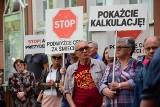 Protest pod ratuszem w Inowrocławiu. Żądają obniżki opłat za śmieci [zdjęcia, wideo]