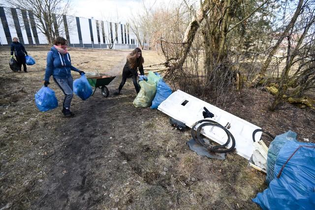 Wiosną mieszkańcy Wrzosów posprzątali las. Po akcji MPO wywiozło kilka ton śmieci.