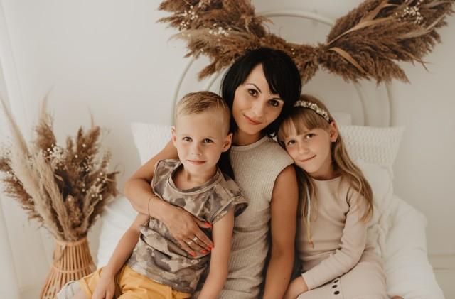 """Pani Justyna Grad z Wolicy to pracująca i spełniona mama bliźniąt: Zosi i Kubusia. Najpiękniejszą chwilą w jej życiu było usłyszeć słowo """"Mama"""". Oto nasza laureatka w plebiscycie """"Mama i ja"""" w powiecie jędrzejowskim."""