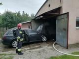 Gołdap. Pożar w budynku gospodarczym. W środku płonął samochód (zdjęcia)