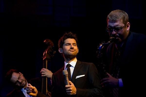 Matt Dusk (w środku) zachowywał się na scenie jak rasowy gwiazdor z Las Vegas.
