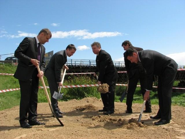 Ci panowie oficjalnie rozpoczęli budowę nowego mostu na Bugu w Małkini.