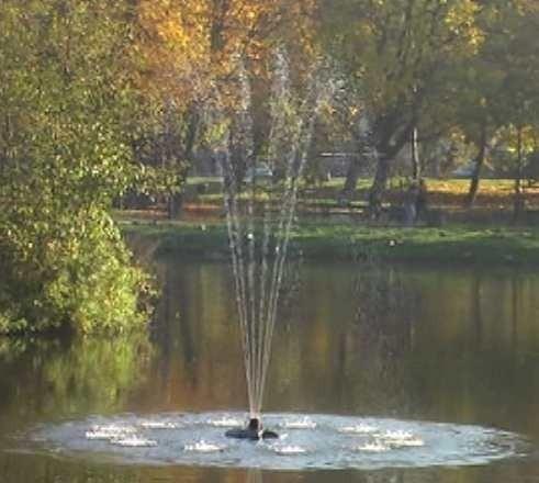 Pływająca fontanna działa w parku Wiosny Ludów od godzin porannych.