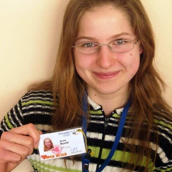 Anna Mysiak prezentuje specjalny identyfikator, na którym  wybitni uczniowie mają napisane swoje prawa i przywileje.