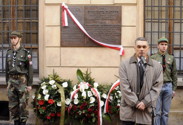 Janusz Kurtyka podczas odsłonięcia tablicy pamiątkowej przy ulicy Poselskiej (marzec 2008 r.)