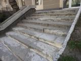 Schody przy Sienkiewicza 9 w Białymstoku sypią się od lat. W 2011 roku miasto obiecywało je wyremontować. Teraz też obiecuje (zdjęcia)