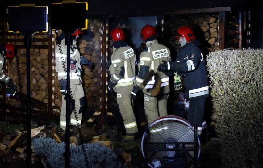 W niedzielę (15.12) w godzinach wieczornych, dyżurny PSP w Słupsku, otrzymał informację od mieszkańca ul. Wandy, o gęstym białym dymie widocznym z jego okna. Okazało się, że podpaleniu uległ składzik drewna na jednym z podwórek. Na szczęście pożar okazał się niegroźny i strażacy w kilkanaście minut uporali się nim.