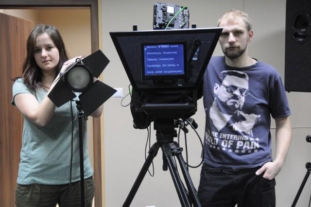 - W tym studiu pasje dziennikarskie mogą realizować wszyscy pod warunkiem, że przyniosą ze sobą pomysły i zapał do pracy. Czekamy na dziennikarzy,grafików, marketingowców i wszystkich zainteresowanych - mówią Monika Guzikowska i Sławomir Domański z telewizji uniwersyteckiej.