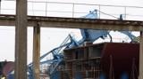 Trwa podnoszenie stoczniowego dźwigu w Gdańsku [WIDEO]
