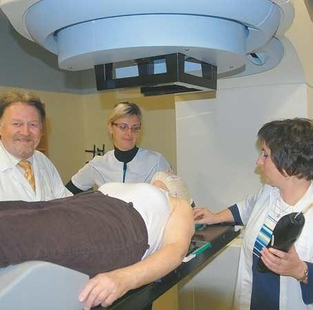 Pacjentka chora na raka krtani napromieniowana jest fotonami. Dziennie wykonuje się na akceleratorze około 50 zabiegów. Na zdjęciu: dr Andrzej Rozmiarek oraz technik radioterapii Irena Szul i Alicja Mackiewicz
