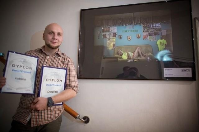 Daniel Frymark obok nagrodzonego Grand Prix zdjęcia Ryszarda Kałaczyńskiego z Wituni