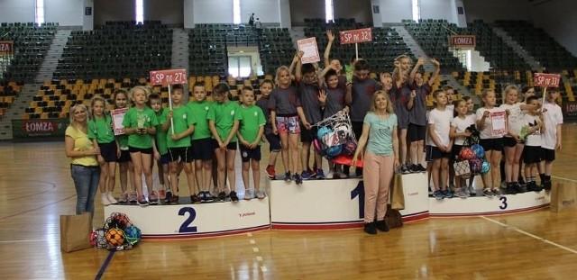 Sporo emocji dostarczył drugi dzień rywalizacji w trzeciej edycji Turnieju Gier i Zabaw Szkół Podstawowych. We wtorek w Hali Legionów swoje sportowe umiejętności sprawdzali uczniowie drugich klas.  Podobnie jak w klasach pierwszych, wystartowały reprezentacje dziewięciu szkół podstawowych. W każdej konkurencji rywalizowało 10 zawodników (5 chłopców + 5 dziewczynek) ze zgłoszonej drużyny. Szkoły otrzymywały punkty za każdą rozegraną konkurencję w zależności od zajętego miejsca. Każdy zespół rywalizował w pięciu konkurencjach. Najlepsza w tych zmaganiach okazała się Szkoła Podstawowa numer 32, drugie miejsce zajęła Szkoła Podstawowa numer 27, a trzecią lokatę wywalczyła Szkoła Podstawowa numer 33. Organizatorem tego wydarzenia był Miejski Ośrodek Sportu i Rekreacji w Kielcach. Galeria zdjęć z tego ciekawego wydarzenia na kolejnych slajdach. (dor)