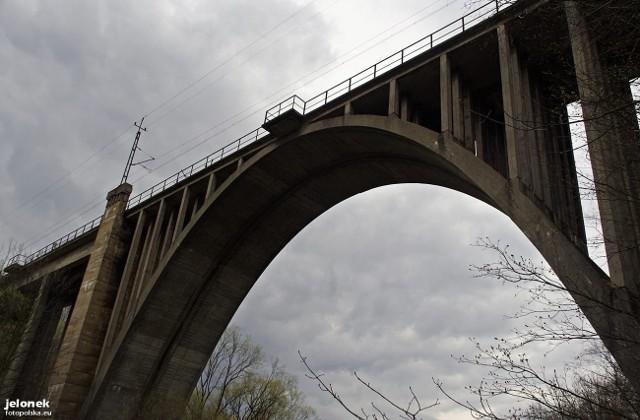 Most kolejowy nad rzeką Bóbr w Jeleniej Górze. W okolicy tej przeprawy odnaleziono zwłoki mężczyzny