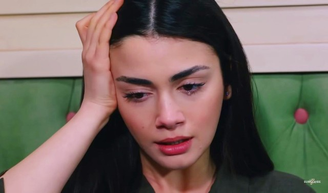 """Marcowe odcinku serialu """"Przysięga"""". Zobacz co wydarzy się w najbliższych epizodach tureckiej telenoweli: Przysięga, odcinek 361. Emisja: poniedziałek, 1 marca 2021Narin niepokoi się o zdrowie Kemala. Sehriye zachęca ją, żeby się zaopiekowała Kemalem, bo to ich do siebie zbliży. Reyhan i Emir wciąż rozmawiają o zagrożonej ciąży. Emir stawia wszystko na ostrzu noża i każe Reyhan wybierać. Dziewczyna jest zrozpaczona i nie rozumie jego postępowania. Kiedy Emir odjeżdża, Reyhan traci przytomność."""