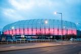 W niedzielę rozświetliły się na czerwono – stadion przy Bułgarskiej, Iglica MTP i fontanna na placu Wolności w Poznaniu. Dlaczego?