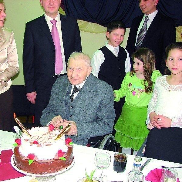 Pan Emil Dubiel, obecnie mieszkaniec Mroczy, a wcześniej  Szubina,  świętował w tym tygodniu swoje setne urodziny. Jak  na urodzinową imprezę przystało -na stole nie mogło  zabraknąć tortu, a w nim świec.