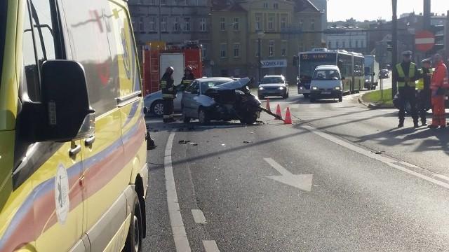 Pechowo rozpoczęła się środa (2 maja) na bydgoskich drogach. Na placu Poznańskim, na wysokości WKU, zderzyły się dwa samochody osobowe. Seatem i mitsubishi podróżowały dwie osoby. Kierowca jednego z pojazdów jest opatrywany przez ratowników medycznych. - Swoje czynności prowadzą policjanci - mówi dyżurny bydgoskich strażaków. - Na miejscu są też dwa zastępy straży pożarnej. Jeden z samochodów jest dość mocno uszkodzony. W tym miejscu mogą występować utrudnienia. Więcej informacji wkrótce.