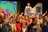 """Ostrowieccy uczniowie zachwycili w swojej wersji musicalu """"Mamma Mia"""". Teraz wystąpią w Starych Babicach pod Warszawą [ZDJĘCIA, WIDEO]"""