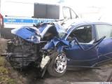 Passat wypadł z drogi i wylądował na płocie. Dwie osoby w szpitalu.
