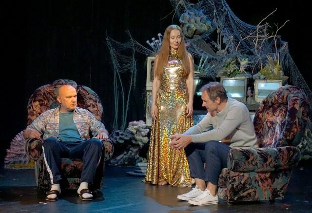 Wszystkie historie łączą aktorzy występujacy na scenie.