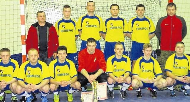 Piłkarze Jastrzębca z trofeami. Drugi z lewej w górnym rzędzie MVP turnieju Patryk Kaźmierczyk