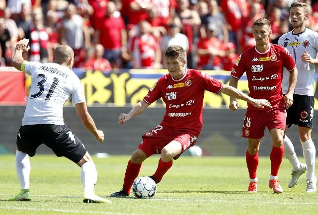 Przy piłce Dominik Kun, za nim strzelec jedynego gola dla Widzewa w Tychach Karol Danielak