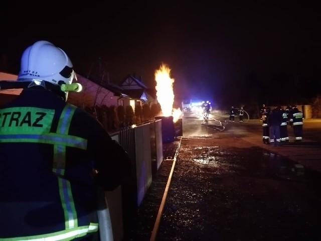 W sylwestra do szczególnie niebezpiecznej sytuacji doszło w Rokietnicy koło Poznania. Przed godz. 1.30 w nocy straż otrzymała informacje o pożarze skrzynki z instalacją gazową przed jednym z domów przy ul. Świt. Zobacz więcej zdjęć ---->