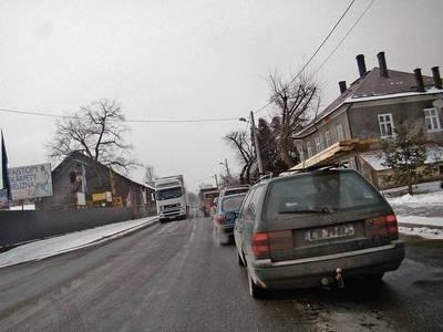 Na drodze krajowej tworzą się wielokilometrowe korki paraliżujące ruch Fot. Ewa Tyrpa