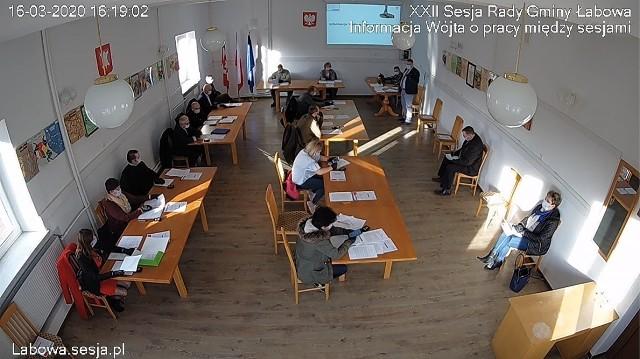 16 marca obradowano w Łabowej. Sesja trwała 34 minuty i poświęcona była najpilniejszym sprawom budżetowym. Radni siedzieli w odległości między sobą i posiadali ochronne maseczki.