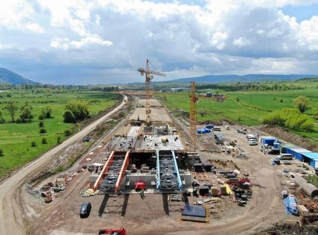 Na Dolnym Śląsku mamy już ponad 220 km autostrad i prawie 200 km dróg ekspresowych. Trwa rozbudowa ekspresówek, a Generalna Dyrekcja Dróg Krajowych i Autostrad planuje też przebudowę autostrady A4 oraz realizację obwodnic wokół miast.O trwającej rozbudowie ekspresówek i postępie tych prac piszemy na kolejnych stronach.