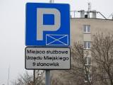Białystok. Parkowanie przy magistracie. Mieszkańcy mają 14 miejsc plus trzy jeśli strażnik pozwoli. Miasto twierdzi, że więcej (ZDJĘCIA]