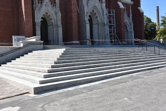 Remont archikatedry w Częstochowie. Schody są już gotowe.Zobacz kolejne zdjęcia. Przesuwaj zdjęcia w prawo - naciśnij strzałkę lub przycisk NASTĘPNE