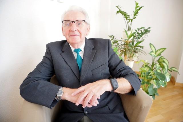 Pan Henryk korzysta ze specjalnej opaski dla osób starszych. Dzięki przyciskowi SOS szybko dotarła do niego fachowa pomoc