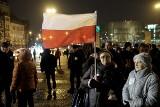Skromna manifestacja KOD-u na placu Mickiewicza [ZDJĘCIA]