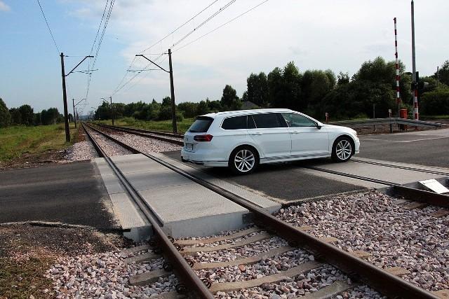 Ekipy remontowe zakończyły w tym tygodniu przebudowę przejazdu kolejowego w Lipowym Polu koło Skarżyska-Kamiennej. Ta ważna droga była zamknięta przez osiem dni.Zamknięcie przejazdu w Lipowym Polu znacznie utrudniło jazdę kierowcom. Droga ta stanowił bowiem jeden z objazdów dla przebudowywanego wiaduktu w alei Piłsudskiego. Na czas prac remontowych przejazdu ustanowiono objazd, ale był on mało komfortowy, ponieważ prowadził po drodze zbudowanej z płyt konstrukcyjnych.Zobacz więcej zdjęć na kolejnych slajdach >>>