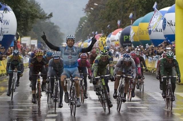 W ub. roku kolarze walczyli przede wszystkim z ulewnymi deszczami. Tak było na finiszu wyścigu w Krakowie