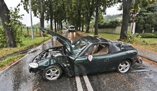 Policjant jechał mazdą MX-5, na łuku drogi wpadł w poślizg i uderzył bokiem auta w drzewo.