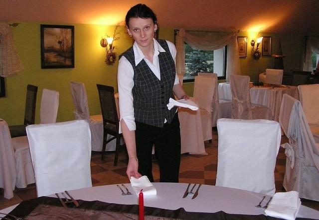 Pracownica Zajazdu Ułan w Bytowie przygotowuje salę na sylwestra.