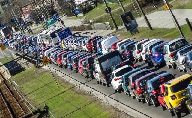 W Bydgoszczy mamy jedne z wyższych cen paliw w Polsce - 4,57 zł za litr, za to opłaty parkingowe są bardzo niskie w porównaniu z innymi miastami, a jeździ się po ulicach stosunkowo szybko.