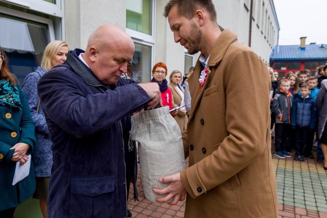 Turośń Kościelna. Kapsuła z życzeniami dla Polski ma być otwarta za 100 lat