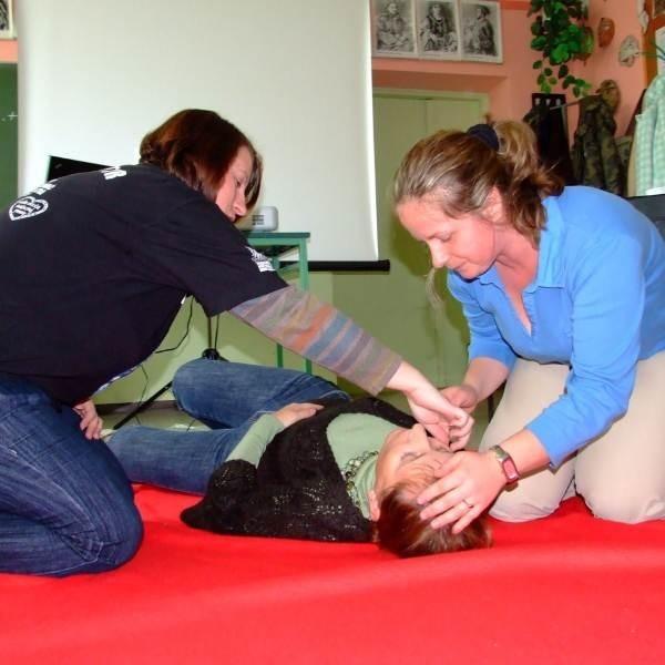 Instruktor Karina Kurek (z lewej) pokazuje Iwonie Pietruszce, jak pomóc poszkodowanej.