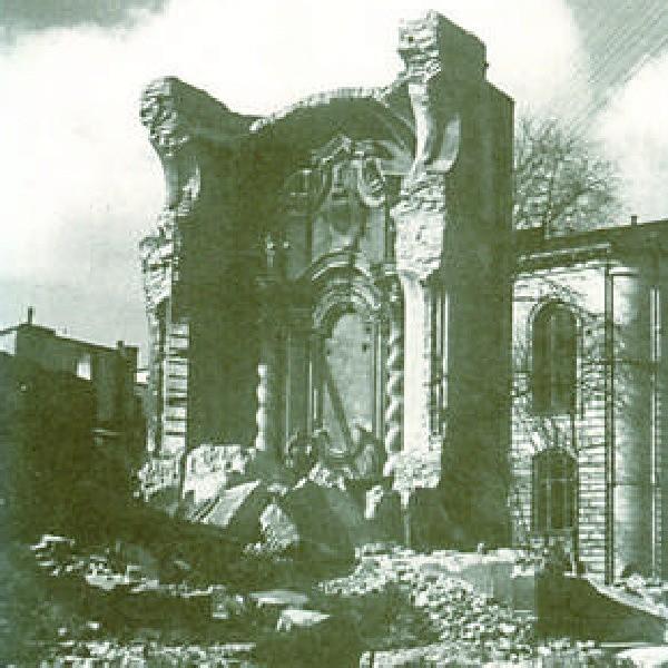 Rok 1940 - burzenie świątyni pw. św. Ignacego Loyoli na rynku dobiega końca. Pozostał jeszcze fragment głównego ołtarza.