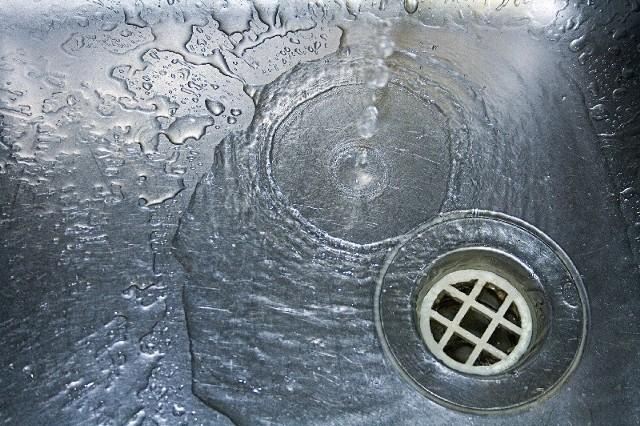 Hydraulicy zaczęli zakręcać ciepłą wodę w mieszkaniach dłużników.