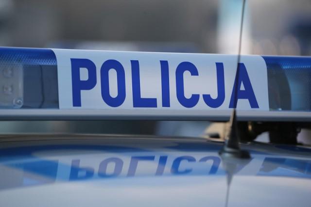 Kierowca został zatrzymany na obwodnicy Nysy. Gdy był sprawdzany, włączył silnik mercedesa i zaczął uciekać.