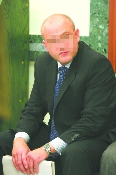 Doktor Wojciech S., były podwładny docenta, jest uważany za inspiratora prowokacji łapówkarskiej. To on miał wynająć ludzi z warszawskiego półświatka, żeby wręczyli Tomaszowi Hirnlemu kopertę. To on miał przekonać policjantów, że potrzebna jest prowokacja łapówkarska.